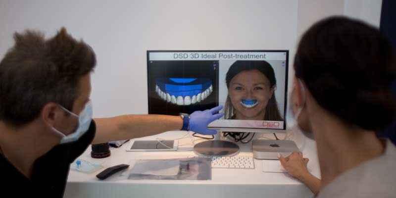 Наш стоматолог объясняет пациенту план ортодонтического лечения