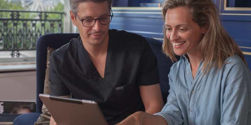 Наш стоматолог знакомит пациента с его планом лечения в стоматологической клинике Smile Design Boutique в Женеве