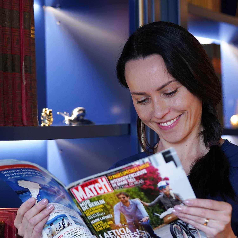 Laura de Smile Design Boutique est en train de lire Paris Match