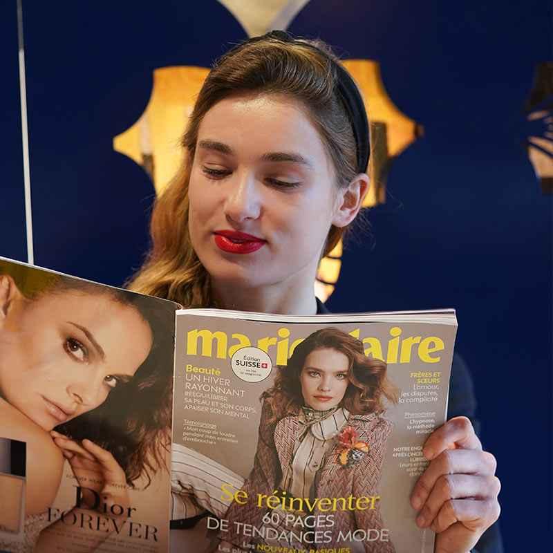 Cecile lit Marie-Claire et découvre un article qui parle de notre clinique dentaire à Geneve